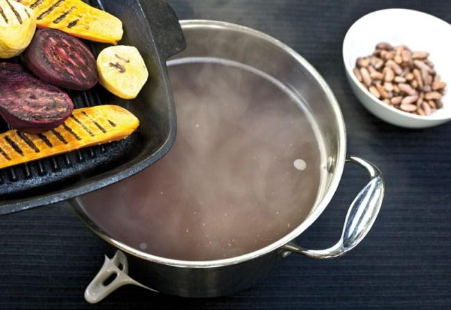 добавление печеных овощей в фасолевый бульон