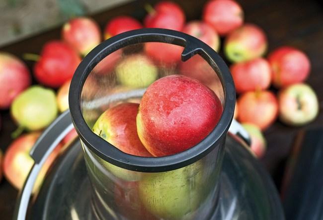 отжим яблок для добавления в грушевый сок