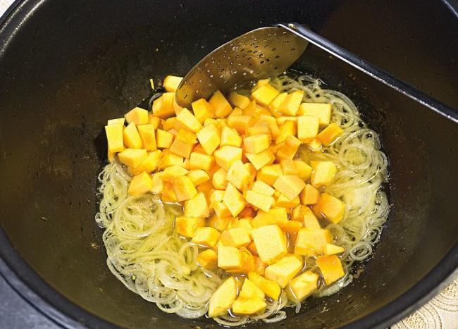 добавление тыквы к луку при приготовлении рисовой каши