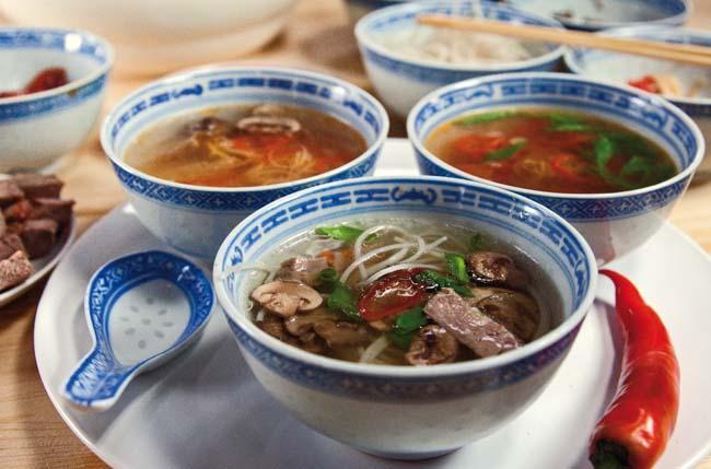 сервировка и подача разных супов, приготовленных за несколько минут