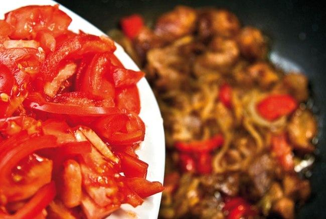 добавление и обжарка помидоров для кавурма-шурпы