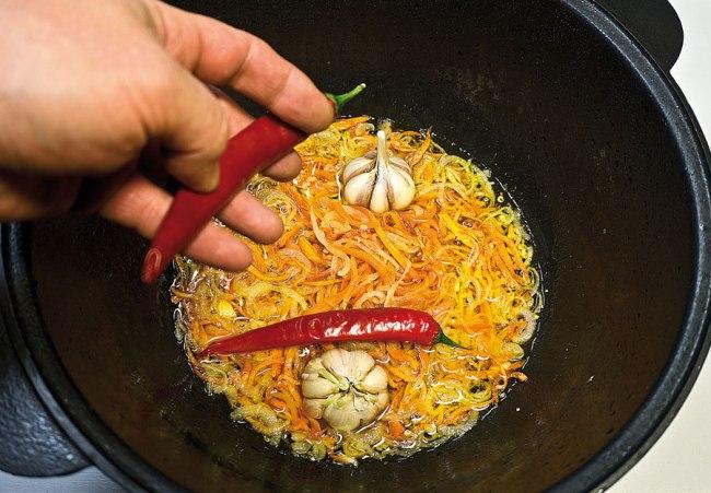 добавление перца и чеснока для постного плова