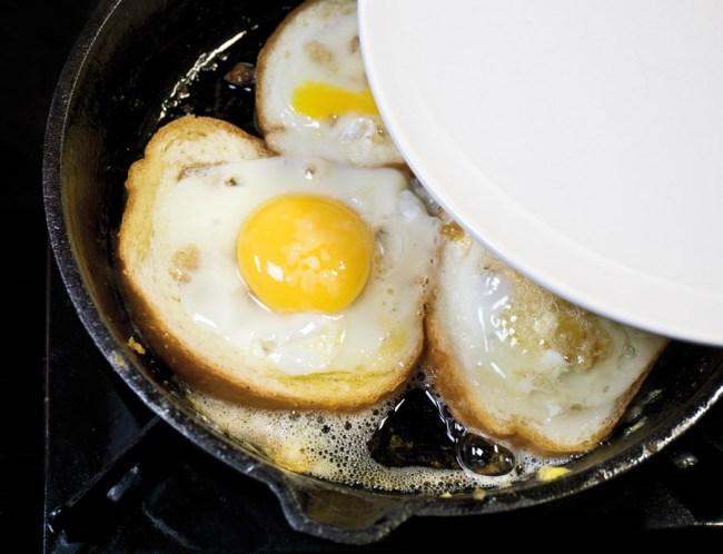 доведение яичницы до готовности под крышкой