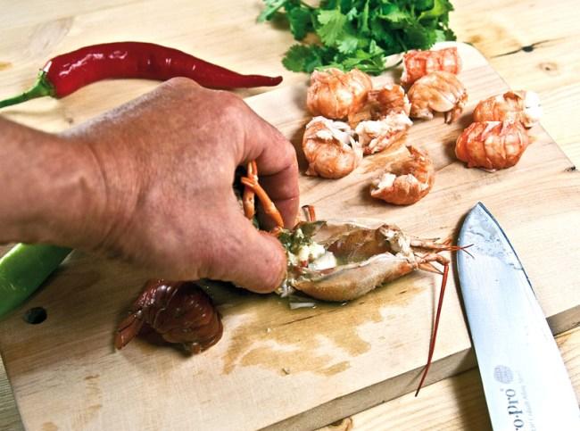 очистка раковых панцирей для сборной рыбной солянки