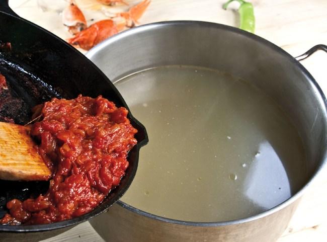 добавление спассерованных овощей в бульон для сборной рыбной солянки