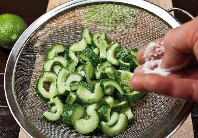 добавление соли и промывка огурцов для жареной семги юань-янг