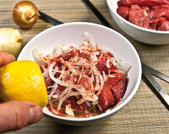 маринование другой части мяса для шашлыка-косички