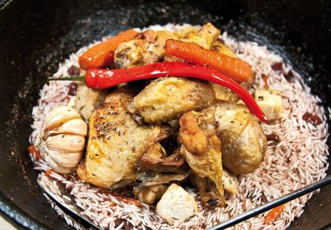 укладка на плов с вишней и с курицей кусочков обжаренной курицы
