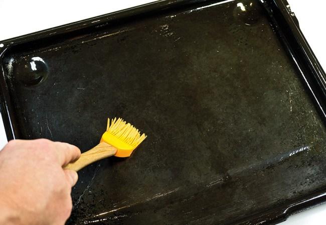 подготовка противня для мяса с овощами в духовке