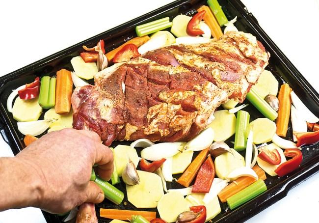 добавление сельдерея к мясу для запекания в духовке