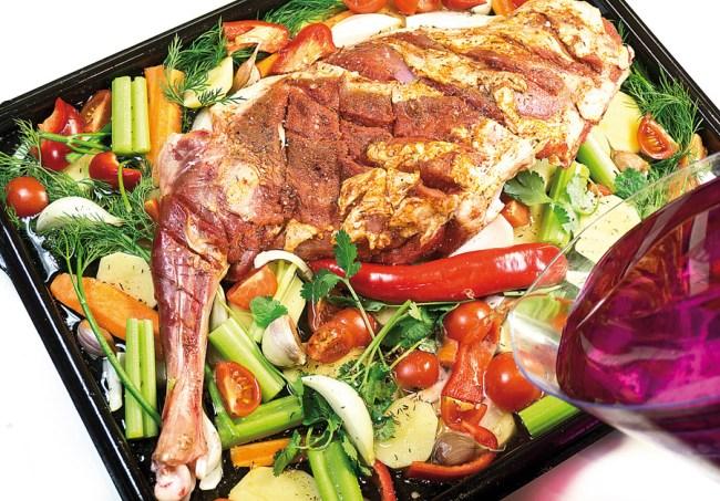 добавление воды к мясу и овощам для запекания в духовке