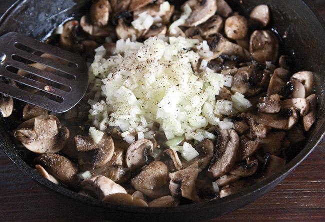 добавление лука к грибам для жюльена