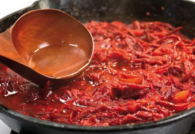 добавление бульона к томатам и свекле для деликатного опохмелочного борща