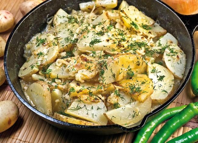 сервировка и подача томленого с луком картофеля