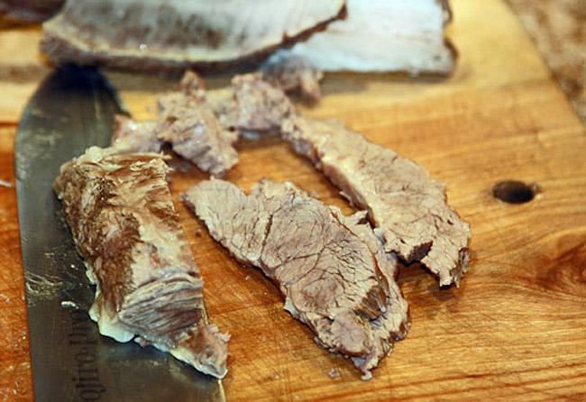 нарезка и добавление отварной грудинки в сборную мясную солянку