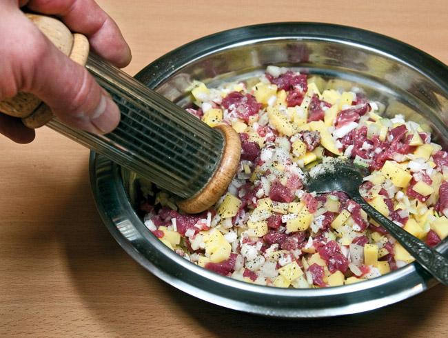 добавление соли и перца в начинку татарского бэлеша