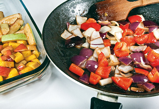 обжарка лука и болгарского перца для теплого салата