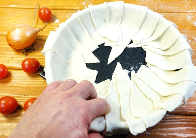 укладка нарезанного теста в форму для выпечки греческого пирога