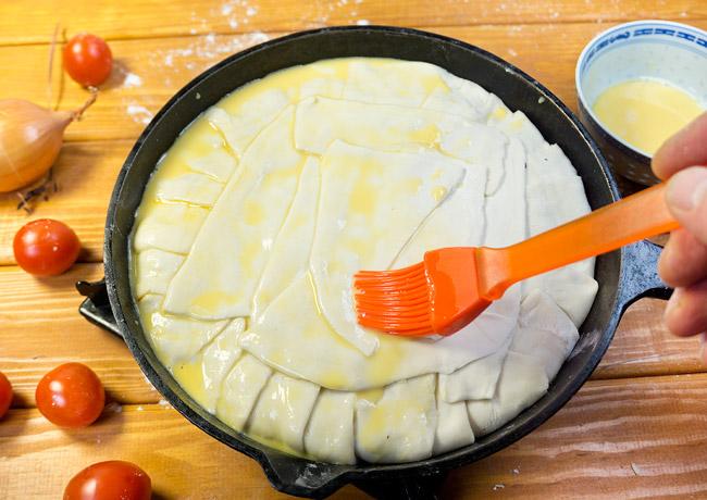 смазывание поверхности греческого пирога яичным желтком