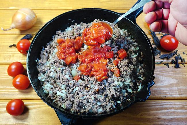 добавление помидоров в начинку для греческого пирога