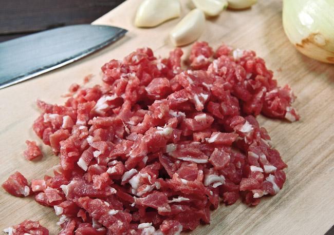 нарезка мяса, лука и чеснока для спагетти под нутовым (гороховым) соусом