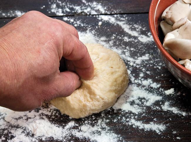 замешивание теста для супа из вёшенок с домашней лапшой