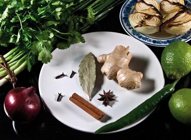 подготовка пряностей для супа по-ханойски фо-бо