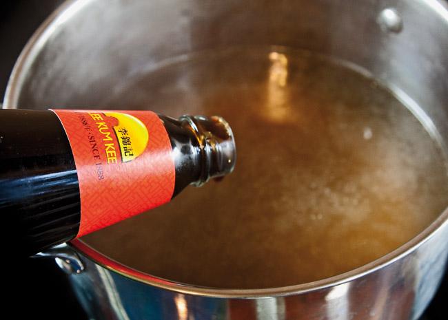 добавление устричного соуса в бульон для супа по-ханойски фо-бо