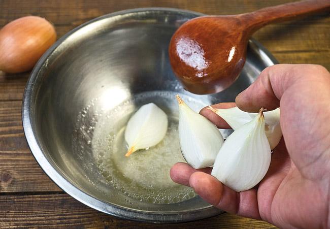 добавление свежего лука при приготовлении закваски для узбекской лепешки