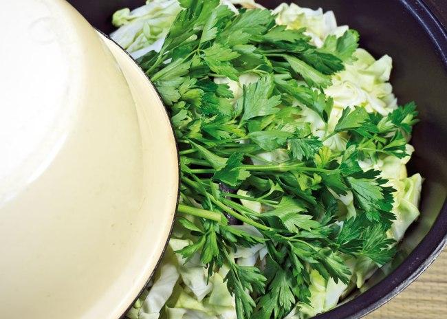 постановка овощей для бульона сборной овощной солянки на томление