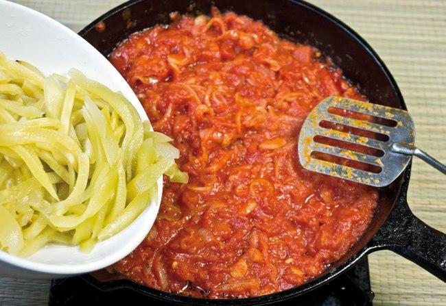 добавление соленых огурцов для заправки сборной овощной солянки