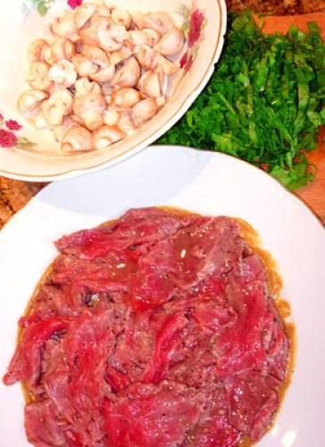 укладка вырезки на тарелку для салата из сырой говядины