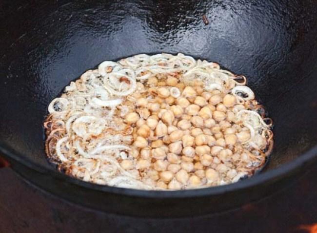 добавление нута для приготовления бахша - вегетарианского плова