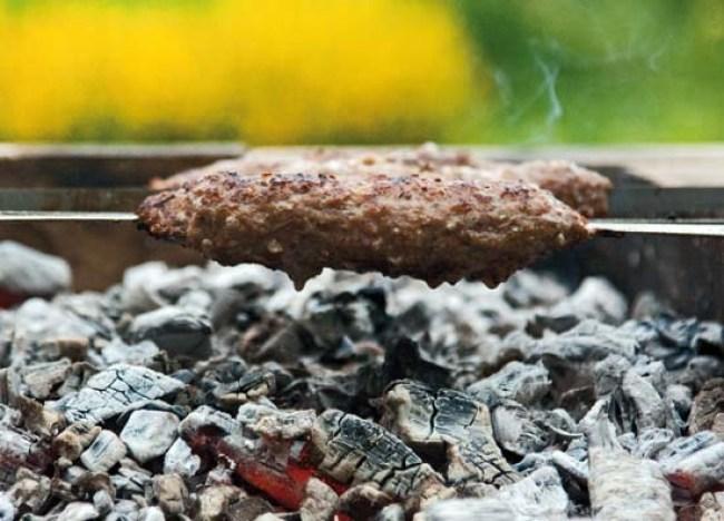 приготовление люля-кебаба к бахшу - вегетарианскому плову