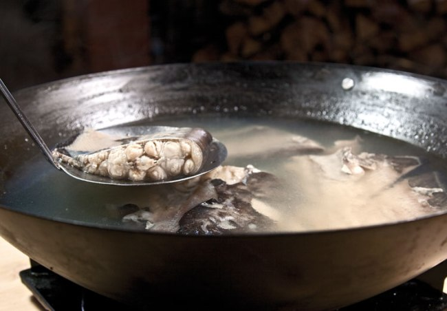 подготовка бульона для рыбной шурпы с поджаркой
