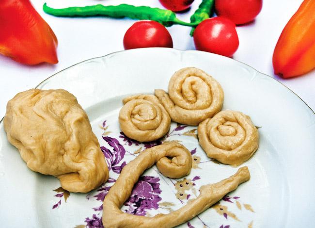 подготовка теста для мампара - дунганского супа с клецками