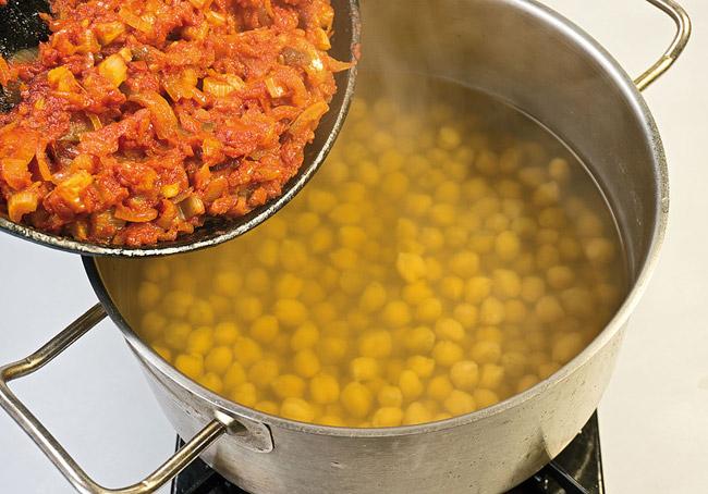 добавление заправки к нуту для горохового (нутового) супа-пюре с помидорами