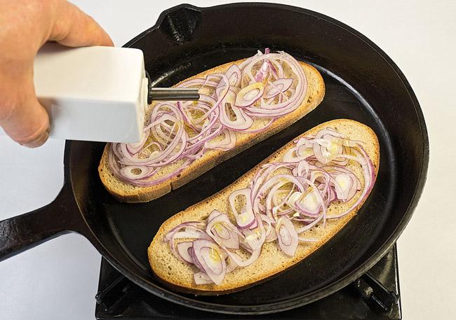 подготовка тостов для горохового (нутового) супа-пюре с помидорами
