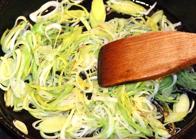 обжарка порея для заправочного рыбного супа а-ля буйабес
