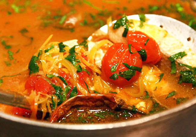 перемещение заправки в заправочный рыбный супа-ля буйабес