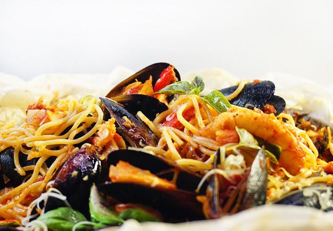 """спагетти с морепродуктами, приготовленные в """"мешочке"""""""