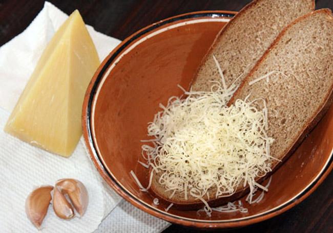 укладка в порционную тарелку пармезана и ломтиков хлеба для карчерато - густого итальянского супа
