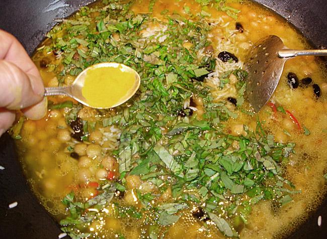 добавление зелени и куркумы для ведического плова без мяса и овощей