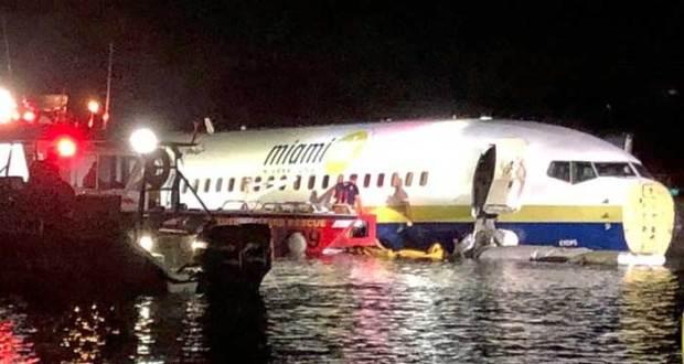 طیارہ لینڈنگ کےدوران دریا میں جا گرا