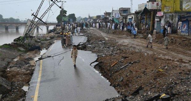 آزاد کشمیر اور دارالحکومت اسلام آباد سمیت ملک کے مختلف شہروں میں گزشتہ روز آنے والے شدید زلزلے کے نتیجے میں جاں بحق ہونے والے افراد کی تعداد 37 ہو گئی ہے جبکہ اس کے نتیجے میں 500 سے زائد افراد زخمی ہوئے ہیں۔ یہ بھی پڑھیے: زلزلے کے بعد آزاد کشمیر میں ایمرجنسی نافذ آزاد کشمیر کے اسپتال ذرائع نے گزشتہ روز سے اب تک زلزلے میں 37 افراد کے جاں بحق اور 500 کے زخمی ہونے کی تصدیق کی ہے۔ زلزلے میں ہلاکتیں 37 ہو گئیں،500 سے زائد زخمی زلزلہ پیما مرکز کے مطابق گزشتہ روز آنے والے زلزلے کی ریکٹر اسکیل پر شدت 5 اعشاریہ 8 ریکارڈ کی گئی تھی جس کی گہرائی زیرِ زمین 10 کلو میٹر تھی۔ زلزلے سے میر پور آزاد کشمیر اور جہلم کا درمیانی علاقہ جاتلاں سب سے زیادہ متاثر ہوا۔ ملک کے مختلف شہروں میں شدید زلزلہ، 26جاں بحق، 300 زخمی دوسری جانب پنجاب میں خوشاب، سرگودھا، فیصل آباد، گوجرانوالہ، میانوالی، منڈی بہاؤالدین، ملتان، اوکاڑہ، قصور، خانیوال، گجرات، کامونکی، مرید کے، شیخو پورہ، ننکانہ صاحب، ساہیوال، پتوکی، چونیاں، پاکپتن، دیپالپور، حجرہ شاہ مقیم، نارنگ منڈی اور سیالکوٹ میں بھی زلزلے کے جھٹکے محسوس کیے گئے۔ گزشتہ روز کے شدید زلزلے کے جھٹکے خیبر پختون خوا میں پشاور، چارسدہ، سوات، خیبر، ایبٹ آباد، باجوڑ، نوشہرہ، مانسہرہ، بٹ گرام، تورغر، شانگلہ، بونیر، دیر، اپر دیر، لوئر، چترال، مالاکنڈ اور کوہستان میں بھی محسوس کیے گئے۔ زلزلے میں ہلاکتیں 37 ہو گئیں،500 سے زائد زخمی زلزلے کے جھٹکے 15 سے 20 سیکنڈ تک محسوس کیے گئے، جس سے لوگوں میں خوف و ہراس پھیل گیا اور وہ کلمہ طیبہ کا ورد کرتے ہوئے گھروں، دفاتر اور دکانوں سے کھلی جگہوں پر نکل آئے۔ دوسری جانب آزاد کشمیر کے علاقے میرپور میں آج صبح ساڑھے 9 بجے 3.2 شدت کے آفٹر شاکس محسوس کیے گئے جس سے لوگ خوفزدہ ہو کر گھروں سے باہر نکل آئے۔ یاد رہے کہ 8 اکتوبر 2005ء کی صبح آزاد کشمیر میں آنے والے تباہ کن زلزلے کے نتیجے میں آزاد کشمیر اور شمالی علاقوں میں 80 ہزار سے زائد افراد جاں بحق اور ڈیڑھ لاکھ کے قریب زخمی ہو گئے تھے، زلزلے کا مرکز مظفرآباد سے 20 کلومیٹر شمال مشرق میں تھا اور اس کی شدت ریکٹر اسکیل پر 7 اعشاریہ 6 ریکارڈ کی گئی تھی۔