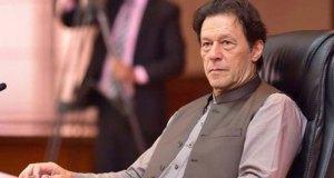 اسلام آباد(حیدر نقوی)عمران خان کی پریشانیوں میں ہر بڑھتے دن تک اضافہ ہوتا جارہا ہے اور ہر آنے والا دن ایک نئی کہانی سامنے لارہا ہے فردوس عاشق اعوان وفاقی حکومت کی ترجمان ہیں اور اُن کی کہی گئی ہر بات وزیر اعظم کی مرضی یا پالیسی کے مطابق ہوتی ہے مگر عمران خان کے ہی ایک وزیر فواد چوہدری نے ایک نجی ٹی وی کے پروگرام میں فردوس عاشق کے اس بیان کو جہا لت قرار دے دیا جس میں انھوں نے کہا تھا کہ عثمان بزدار پر تنقید وزیر اعظم پر تنقید کے برابر ہے گوکہ فردوس عاشق اعوان نے اسے فواد چوہدری کا بچپنا قرار دیا ہے مگر پنجاب کے ساتھ ساتھ وفاق میں بھی پی ٹی آئی کی صفوں میں سب کچھ صحیح نہیں لگ رہا اور پنجاب کے متعلق فواد چوہدری کے بیانات پر جہانگیر ترین کی خاموشی ایک بہت بڑا سوالیہ نشان ہے، اطلاعات یہ ہی ہیں کہ پرویز الہی کی خوشنودی کے لیے انھیں کہا گیا ہے کہ عثمان بزدار وزیر اعلی رہیں مگر فواد چوہدری کو مشیر اعلی بناکر زیادہ تر اختیارات دیئے جاسکتے ہیں جن سے پرویز الہی کی اچھی دوستی ہے اب دیکھنا یہ ہے کہ پرویز الہی اپنا وزن کہاں ڈالتے ہیں کیا مسلم لیگ نون کی مدد سے وزیر اعلی بننا چاہیں گے یا فواد چوہدری کو بطور مشیر اعلی موقع دیں گے۔ پنجاب اسمبلی کے بیس ارکان نے جن کا پی ٹی آئی سے تعلق ہے ایک الگ گروپ بنالیا ہے جو کہ واضح اشارہ ہے کہ یہ بیس ارکان پارٹی سے ہٹ کر بھی ایک ساتھ ہیں۔ دوسری طرف مقتدر حلقے اس بات پر ناراض ہیں کہ کچھ وفاقی اور صوبائی وزراء بار بار ہمارا نام اس طرح استعمال کرتے ہیں کہ جیسے سب کچھ ہمارے حکم پر ہوتا ہے گزشتہ دنوں ایک وفاقی وزیر کے اس طرح کے بیانات سامنے آئے تھے ان حلقوں کا کہنا ہے کہ ہم وفاقی حکومت کے ماتحت ایک ادارہ ہیں اور ہم نے نہ صرف موجودہ حکومت بلکہ ہر دور حکومت میں حکومت کے ساتھ ایک صفحہ پر رہ کر تعاون کیا ہے لہذا ایسا کوئی بھی پروپیگنڈا کہ ہم وفاقی حکومت کے ساتھ ایک صفحہ پر پہلی دفعہ آئے ہیں بالکل غلط ہے اور اس سلسلے میں قیاس آرائیاں نہیں ہونی چاہئیں۔ پی ٹی آئی کے نظریاتی کارکنان کے بعد اب سیاسی کارکنان بھی ناراض ہوتے جارہے ہیں اور وزیراعظم عمران خان کے غیر سیاسی دوستوں کی حکومت میں بے جا مداخلت اُن کی برداشت سے باہر ہوتی جارہی ہے، وزیر اعظم عمران خان کو اس سلسلے میں جلد بڑے فیصلے کرنا ہونگے ورنہ ناراضیوں میں اضافہ ہوجائے گا جو کہ اُن کی حکومت کے لیے بہت