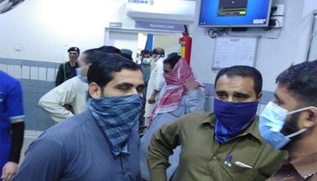کراچی کے علاقے کیماڑی میں پراسرار گیس کے اخراج سے جاں بحق ہونے والوں کی تعداد 6 ہوگئی ہے جبکہ 100 سے زائد افراد متاثر ہوئے ہیں۔  وفاقی وزیر علی زیدی نے تضدیق کرتے ہوئے کہا ہے کہ اب تک 6 افراد جاں بحق ہوئے ہیں۔  ایس ایس پی سٹی کراچی مقدس حیدر کے مطابق یہ گیس کہاں سے آئی اس بارے میں ابھی تک معلومات نہیں ہوسکیں۔ ایس ایس پی کے مطابق رات آٹھ بجے کیماڑی کے مختلف مقامات سے اچانک گیس کی بو پھیل گئی جس سے شہری متاثر ہونا شروع ہوئے۔  کیماڑی میں پراسرار گیس سے 4 افراد ہلاک، دو درجن متاثر پولیس کے مطابق ابتدائی طور پر دس افراد کو کیماڑی میں واقع ایک نجی اسپتال منتقل کیا گیا تھا جن میں سے ایک خاتون 60 سالہ خاتون جاں بحق ہوگئی۔  اس کے بعد مختلف لوگ اسپتال پہنچتے رہے۔ آخری اطلاعات تک کیماڑی کے ضیاالدین اسپتال میں گیس سے متاثر ہو کر جاں بحق ہونے والے افراد کی تعداد 4 ہوگئی ہے، جبکہ اسپتال لائے جانے والے متاثرہ افراد کی تعداد 100سے زائد ہوگئی ہے۔  کیماڑی میں پراسرار گیس سے 4 افراد ہلاک، دو درجن متاثر اسپتال میں موجود کیماڑی کے جیکسن تھانے کے ایس ایچ او ملک عادل نے بتایا کہ اسپتال لائے جانے والے افراد کو سانس لینے میں شدید دشواری ہو رہی ہے۔  لوگ بتاتے ہیں کہ ان کا دم گھٹ رہا ہے۔ تمام افراد کو فوری طور پر آکسیجن فراہم کی جارہی ہے۔  اس واقعے کے بعد کیماڑی میں افواہ پھیل گئی کہ چائنا سے آئے ہوئے کسی کنٹینر کو کھولنے کے بعد علاقے میں وائرس پھیل گیا۔  کیماڑی میں پراسرار گیس سے 4 افراد ہلاک، دو درجن متاثر جبکہ کچھ لوگوں کا کہنا ہے کہ بندرگاہ پر کسی بحری جہاز سے کیمیکل نکالنے کے دوران ہوا میں گیس شامل ہوئی۔ تاہم ایس ایس پی مقدس حیدر کے مطابق واقعہ کی تحقیقات کی جارہی ہیں۔  پولیس کے مطابق اسپتال میں حفاظتی انتظامات کر دیے گئے ہیں۔ ممکنہ طور پر وائرس کے خدشے کے پیش نظر تمام ڈاکٹروں اور پیرا میڈیکل اسٹاف کو ماسک تقسیم کر دیے گئے۔ متاثرہ افراد کو ایک مخصوص وارڈ میں لے جاکر طبی امداد دی جارہی ہے۔  دریں اثنا آخری اطلاعات کے مطابق جاں بحق ہونے والوں کی شناخت 60 سالہ میمار بیگم، رضوان اور احسن کے نام سے ہوئی۔ ادھر  کراچی پورٹ ٹرسٹ اتھارٹی کا کہنا ہے کہ بندرگاہ پر کوئی ایسا جہاز لنگرانداز نہیں جس میں کوئی کیمیکل ہو یا جہاں سے گیس کا اخراج ہوا ہو۔
