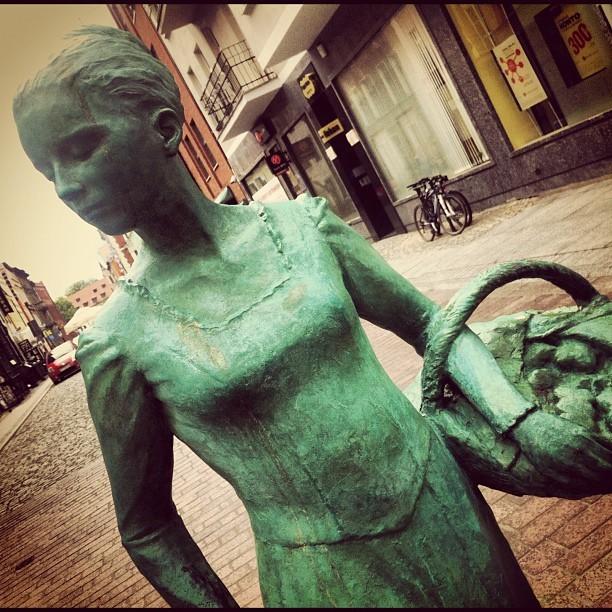 Piękny pomnik kobiety piernikarki w Toruniu
