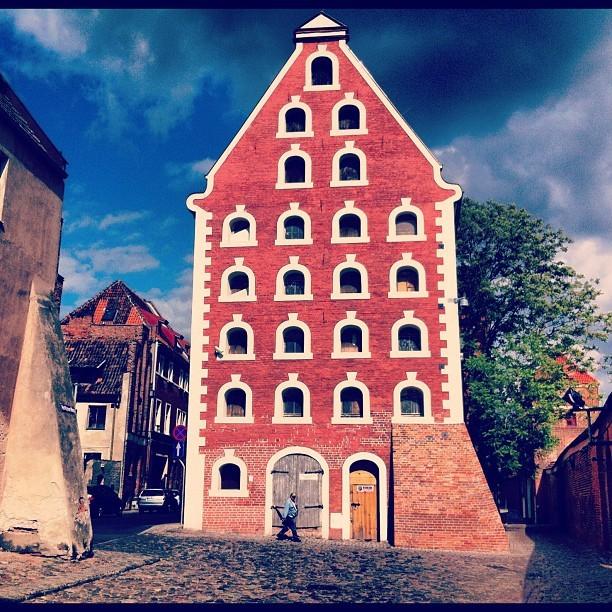 Barokowy spichlerz w gotyckim Toruniu na ulicy Piekary przy Krzywej Wieży