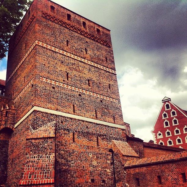 Gotycka Krzywa Wieża w Toruniu. Upadek raczej jej nie grozi